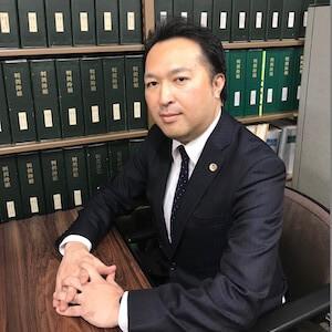 上原弁護士の顔写真