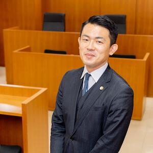 浅川弁護士の顔写真