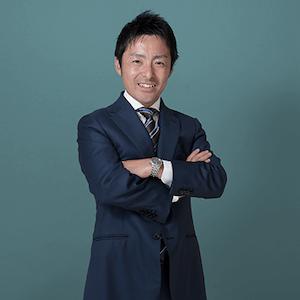 腕を組んでいる武田弁護士の写真