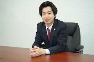 説明している吉岡弁護士の写真